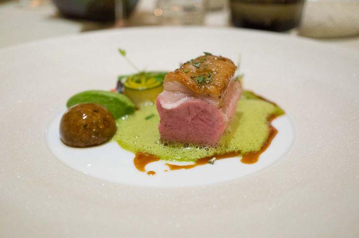 Limousin-Lamm mit grüner Olivensauce mit Zucchini & geschmorter Praline im Haerlin